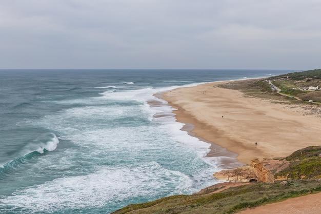 De golven aan de oevers van nazare.
