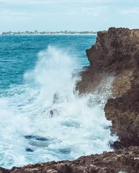 De golven staan op het punt te rocken