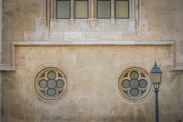 De gotische kerkvoorgevel detailleert patroonbeeld, boedapest, hongarije