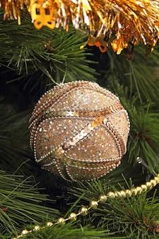 De gouden bal op de kerstboom