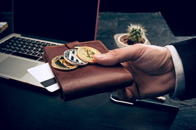 De gouden bitcoin in handen van de post