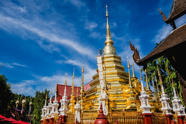 De gouden pagode en blauwe hemel in wat phantao