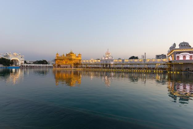 De gouden tempel in amritsar, punjab, india, de meest heilige icoon en eredienst van de sikh-religie.