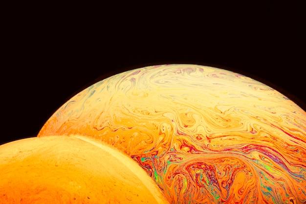 De gradiënt varicolored zeepbels op zwarte achtergrond