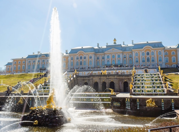 De grand cascade en samson fountain in peterhof royal palace.
