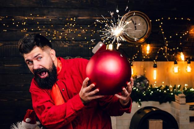 De grappige kerstman wenst prettige kerstdagen en een gelukkig nieuwjaar. schitterende explosie. hipster kerstman. bom tekst