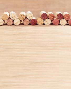 De grenzen van wijn kurkt op vage houten oppervlakte met exemplaarruimte.