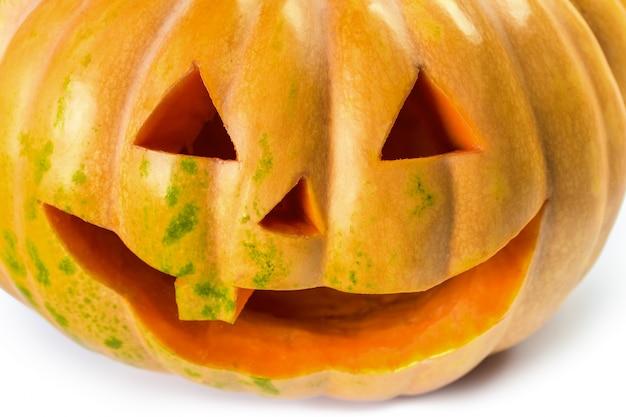 De grijns van halloween-pompoen op geïsoleerd wit
