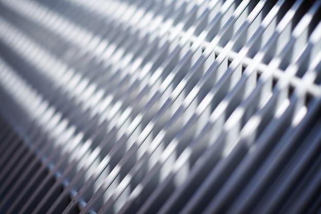 De grill van het verwarmen van radiator in bureau, sluit omhoog. witte warmtewisselaars. ijzer aluminium rooster van radiator.