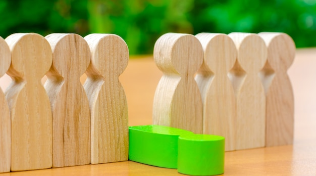 De groene figuur van een man valt