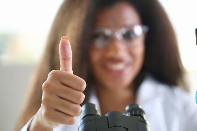 De groep arts toont ok of bevestigt teken met omhoog duim