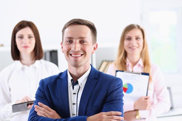 De groep glimlachende mensen bevindt zich in bureau kijkend in camera portret. administratief machtbemiddeling oplossing project creatief adviseur participatie beroep trein bank advocaat cliënt bezoek concept