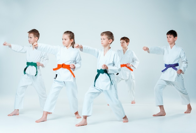 De groep jongens en meisjes die vechten op aikido training in martial arts school. gezonde levensstijl en sport concept