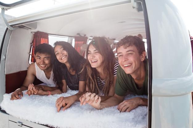 De groep jongeren het glimlachen bepaalt