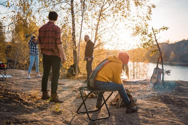 De groep jongeren rust uit in de natuur