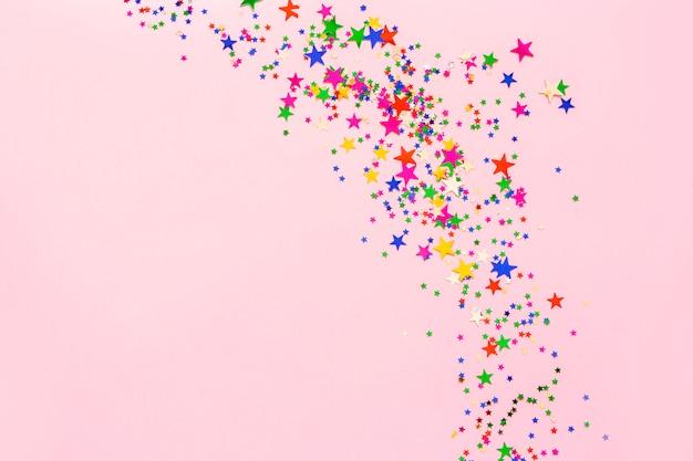 De groep kleurrijk schittert sterrendecoratie, vrolijke kerstmis, gelukkig nieuw jaar dat op roze achtergrondobjecten ontwerp op hoogste mening wordt geïsoleerd.