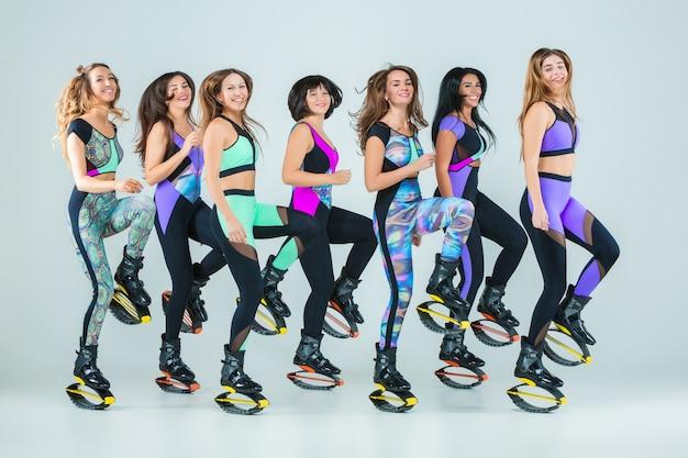 De groep meisjes, springen op training