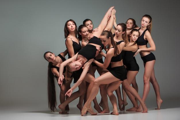 De groep moderne balletdansers