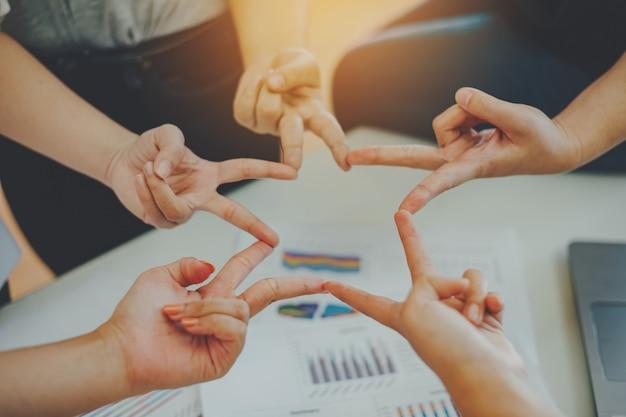 De groep studenten of zakenman overhandigt samen het toetreden voor groepswerk en bedrijfssamenwerkingsconcept.
