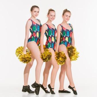 De groep tiener cheerleaders poseren