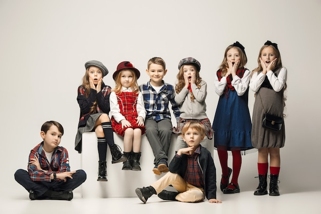 De groep van mooie meisjes en jongens