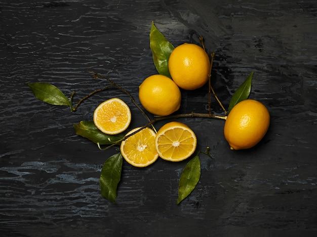 De groep van verse citroenen op zwart