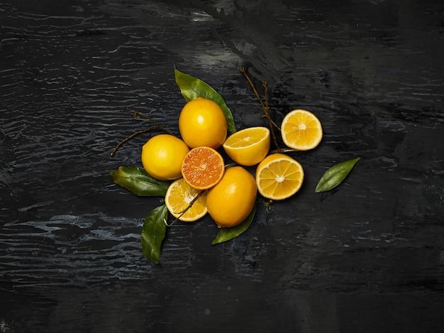 De groep van verse citroenen op zwarte ruimte