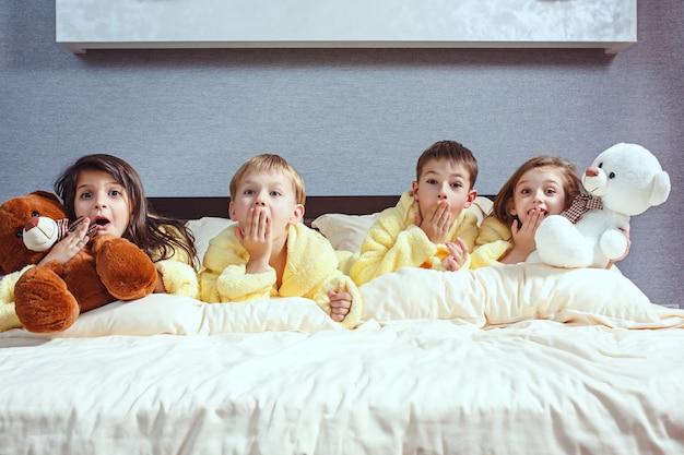 De groep vrienden die googtijd op bed nemen