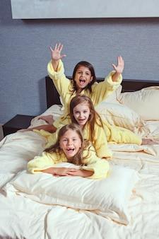 De groep vriendinnen die goog-tijd op bed nemen
