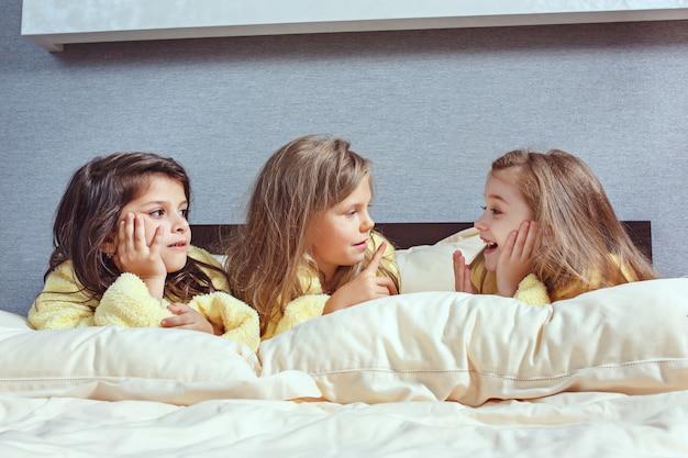 De groep vriendinnen die googeltijd op bed