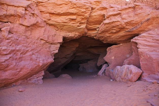 De grot in timimun verlaten stad in de woestijn van de sahara, algerije