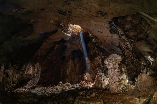 De grote grot, het licht schijnt op de kleine mens.