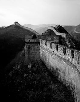 De grote muur van china bij zonsopgang, badaling, dichtbij peking.