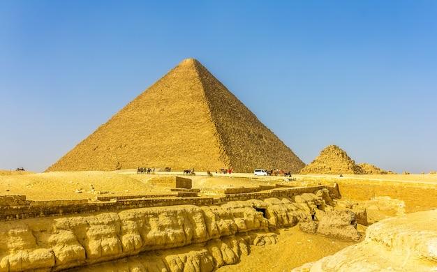 De grote piramide van gizeh en de kleinere piramide van henutsen