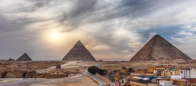 De grote piramides van gizeh, panoramisch uitzicht vanuit de stad.