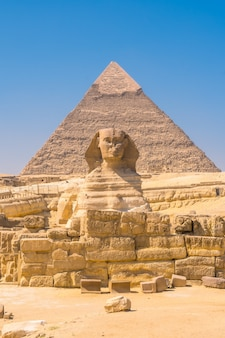 De grote sfinx van gizeh en vanwaar de piramides van gizeh. caïro, egypte