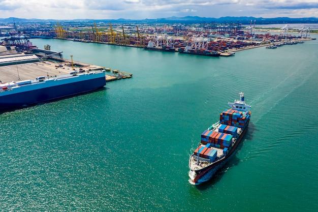 De grote vrachtcontainers van het bedrijfsschip vervoeren de internationale export van het logistiekvervoer