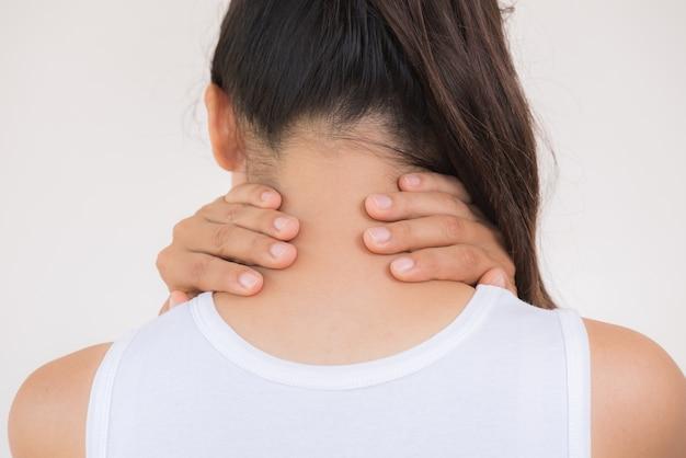De hals en de schouderpijn en verwonding van de close-upvrouw.