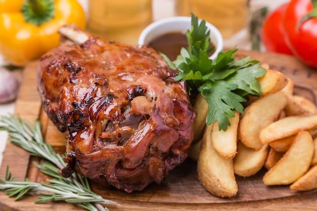 De ham met hete rug met versiert op houten raad