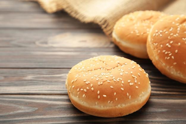 De hamburgerbroodjes met aartje op een bruine achtergrond. bovenaanzicht.