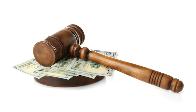 De hamer en het geld van de rechter op witte achtergrond