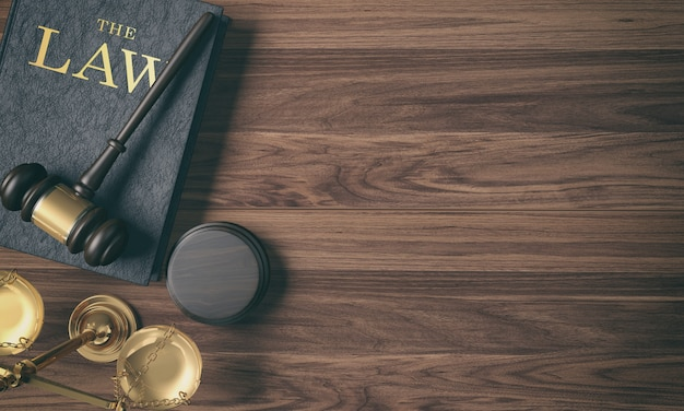 De hamer van de lage belangrijkste filter houten rechter op wetsboek en gouden schaal op houten achtergrond