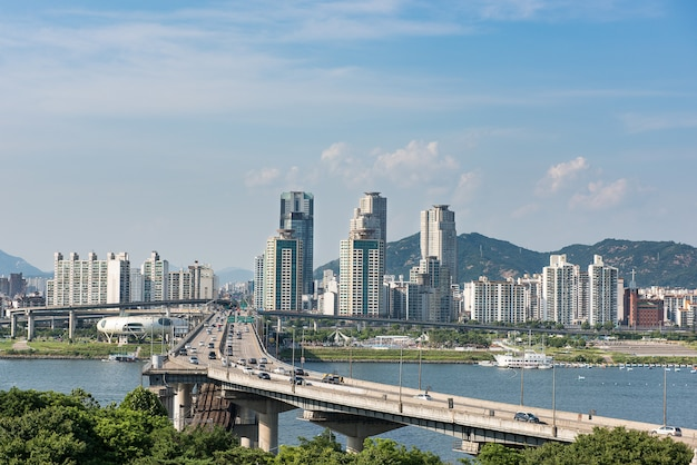 De han-rivier en de brug in seoul