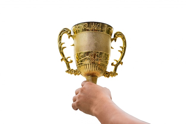 De hand die gouden trofeekop houden heft op achtergrond op