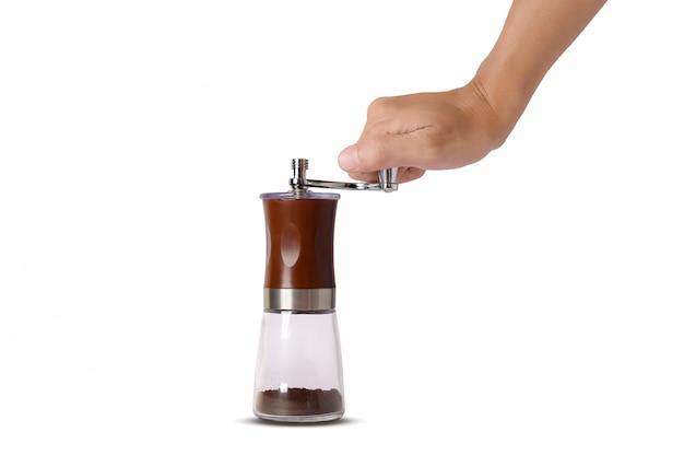 De hand die op de geïsoleerde koffieboonmolen draait