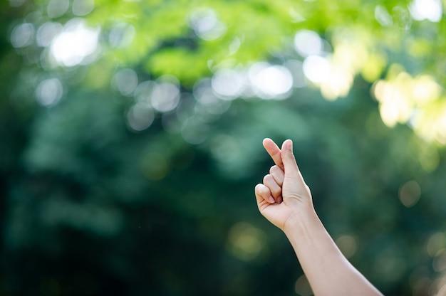 De hand die pure liefde uitdrukt schone witte handen