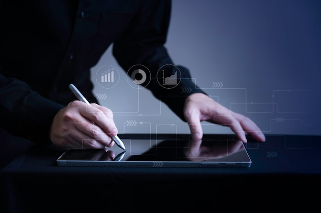 De hand die van de close-upzakenman op digitale tablet met marketing pictogram grafisch met exemplaar ruimte, slim digitaal bedrijfs en elektronische handelconcept schrijven