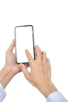 De hand die van de vrouw en smartphone houden gebruiken. close-uphand wat betreft smartphone met het lege geïsoleerde scherm mobiele telefoon met het lege scherm.