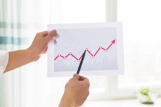 De hand die van de zakenman presentatie op effectenbeurs geeft