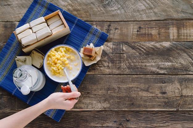 De hand die van een vrouw guavesandwiches op een donkere houten achtergrond eet. concept van latijns eten. kopieer ruimte. bovenaanzicht.